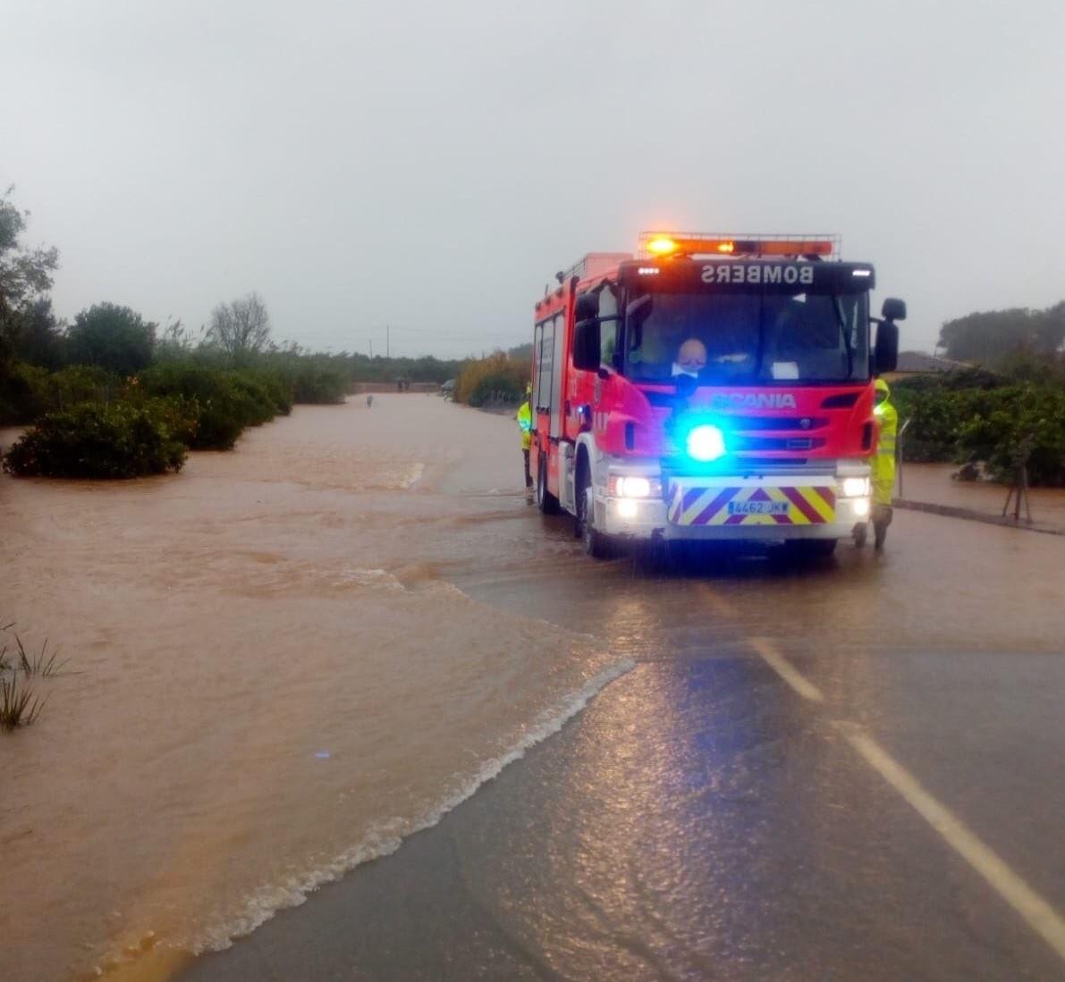 Se suspenden las clases en 16 municipios de la Comunitat y se cortan varias carreteras