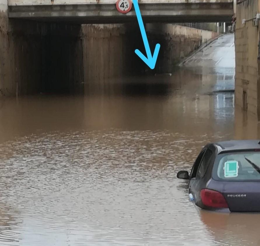 """Rescatado un hombre """"con el agua al cuello"""" en Alboraia tras intentar pasar por un túnel cortado"""