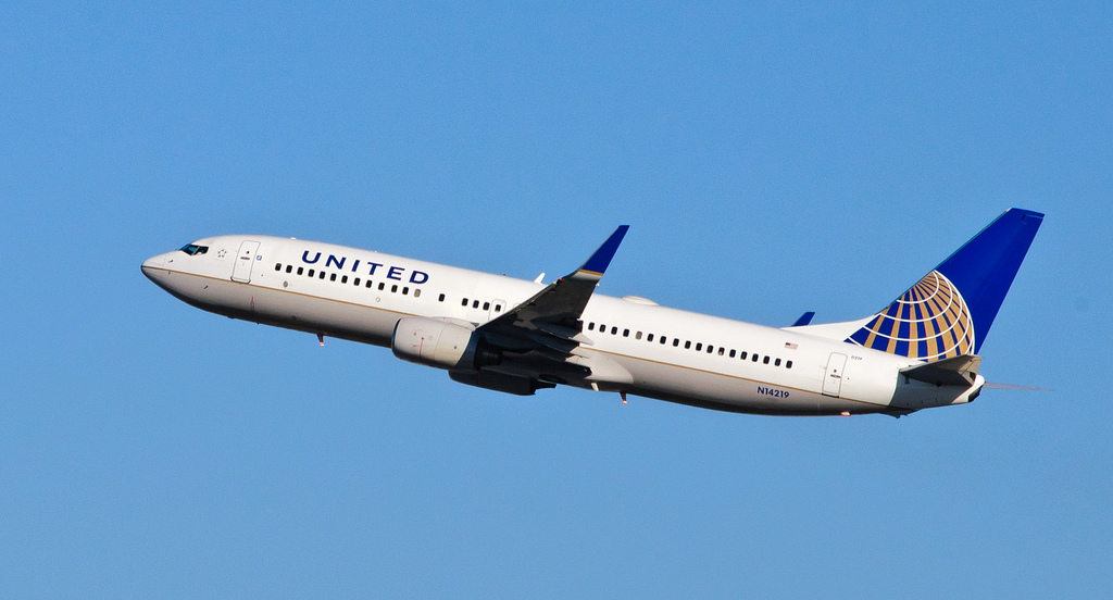 Una mujer abandona a su padre de 80 años y con alzheimer en un avión para dejar de cuidar de él