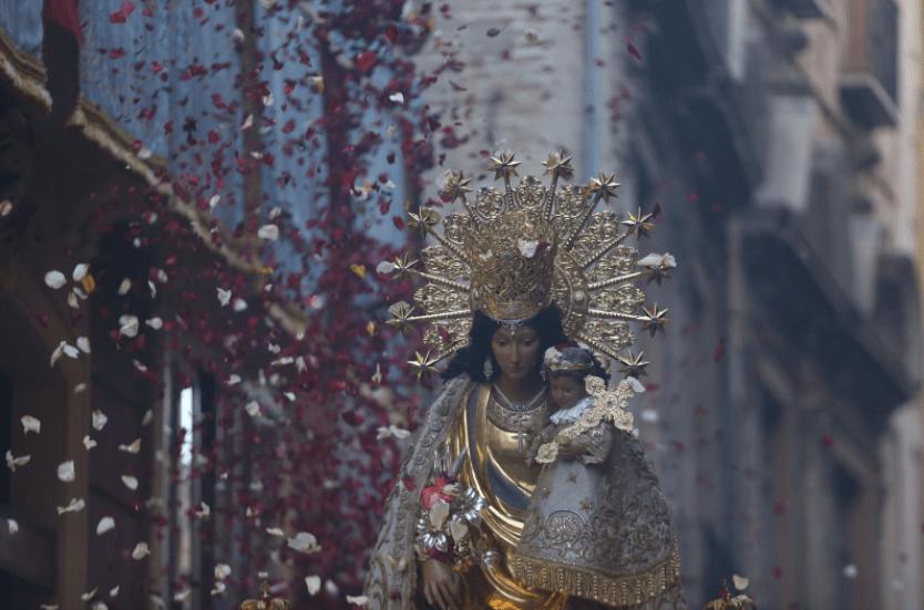 GALERÍA| Una intensa lluvia de pétalos acompaña a la Virgen de los Desamparados en la procesión