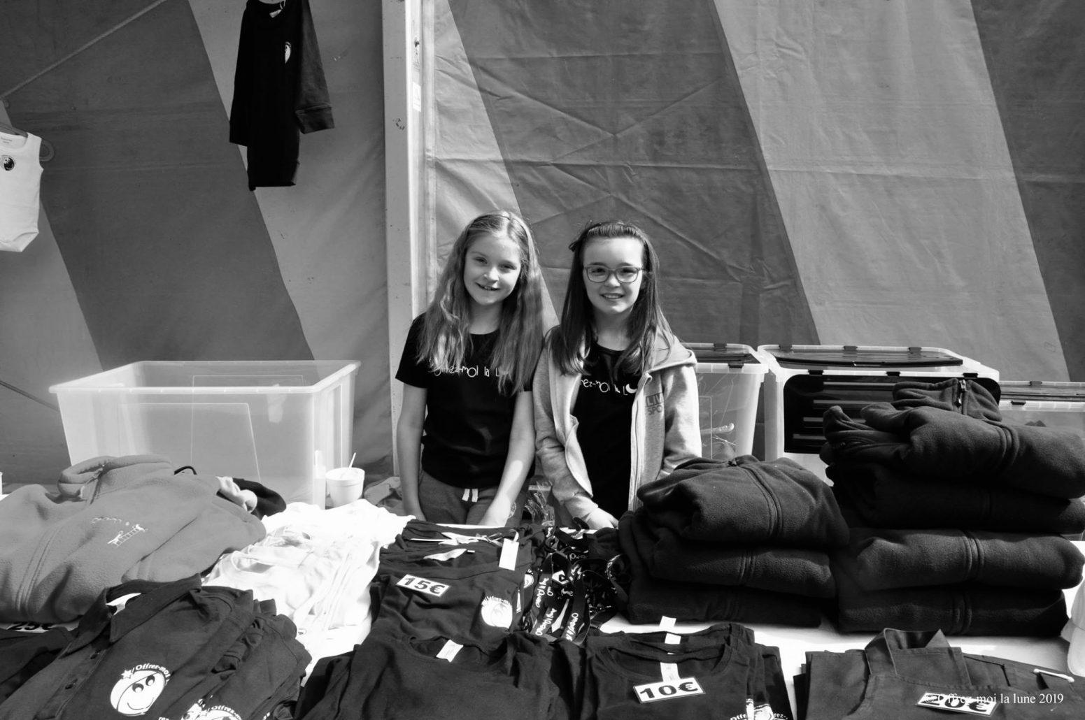 photo-bénévoles-filles-vente-goodies