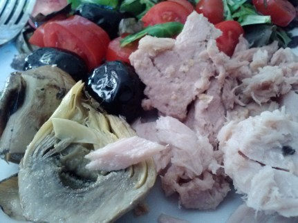 Insalata di tonno con carciofi, olive, e pomodorino. Tuna salad with artichoke hearts, olives, and tomatoes.