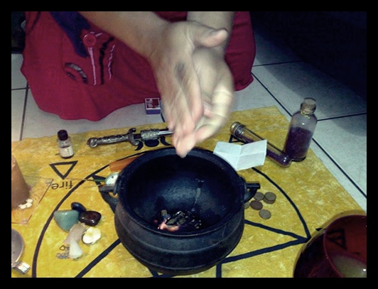 Foto: Karyne Olivier - Bruxa Wicca, minha amiga e muito doida fazendo feitiços :)