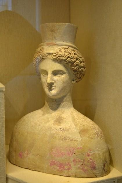 Em Terracotta, busto de Perséfone no Museu Arqueológico de Aidone.