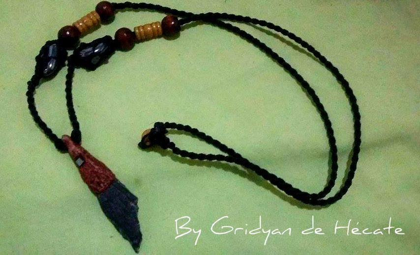 Colar feito por Grydian de Hécate. É uma vassourinha de bruxa, uma pedra poderosa contra energias negativas e ajuda em feitiços ou rituais de banimento.