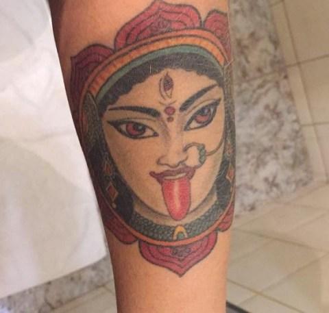 Tatuagem da Paulinha Granette. O rosto de Kali, deusa hindu da morte, da destruição, mas também da libertação e do renascimento.