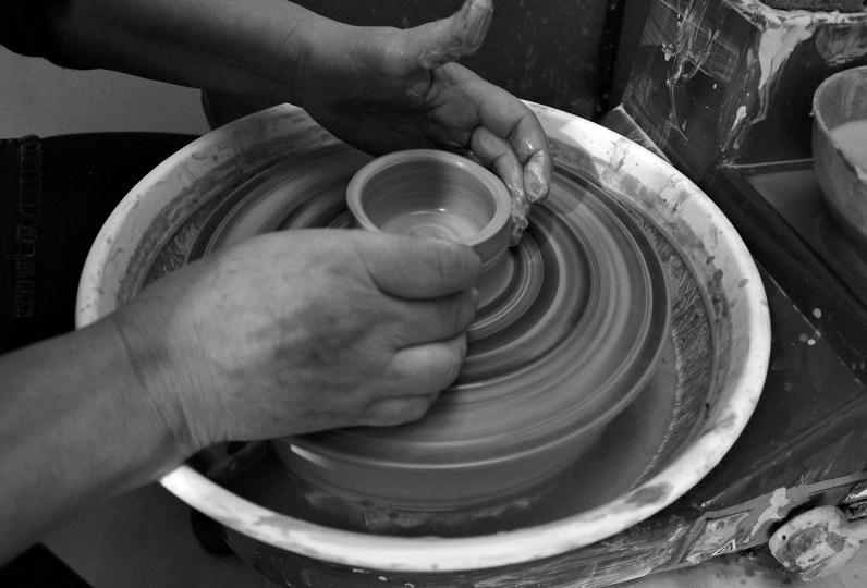 Las manos de Ximena en su proceso de trabajo en el torno. Foto por Celia Cisternas