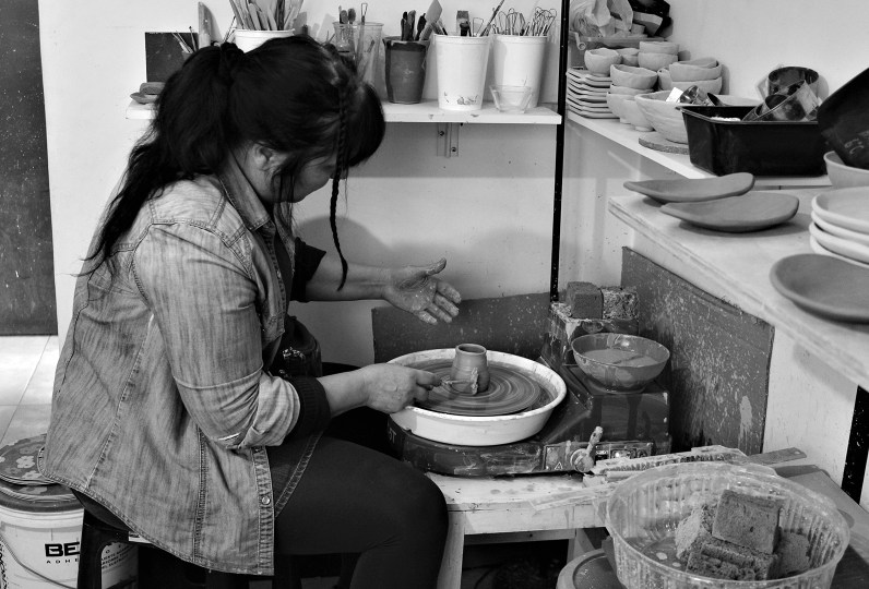 Ximena Arenas en su taller creando una nueva pieza, Foto por Celia Cisternas