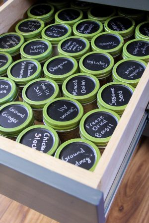 Use chalkboard labeled containers to store your spices in your kitchen drawer. Repin if you love this idea!