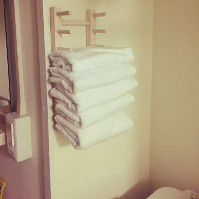 THIS IS A GREAT WAY TO ORGANIZE BATHROOM TOWELS. WHEN YOU FIND OUT WHAT SHE USED IT WILL BLOW YOUR MIND!