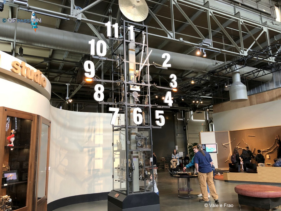 aree e corridoi percorso pieno di esperimento all'exploratorium