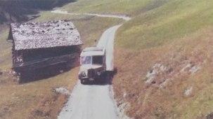 Historische Aufnahme eines Postautos auf der alten Safier Talstrasse (photo: Bibliothek Safien) - A historic picture of a post bus on the old main road through the Safien valley.