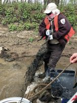 Volunteers, wildlife refuge workers take to the Ohio River for Earth Day cleanup (image)