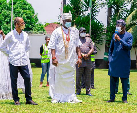 THE OONI OF IFE, OBA ADEYEYE ENITAN OGUNWUSI, OJAJA II GAVE A DRONE SPRINKLER FUMIGATOR WORTH MILLIONS TO THE LAGOS STATE GOVERNMENT! HERE IS WHAT IT WOULD BE USED FOR…