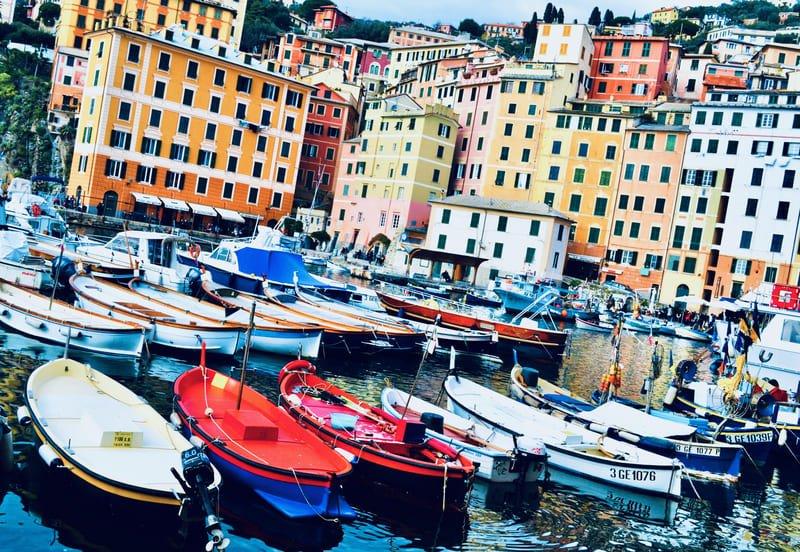 Il Porticciolo di Camogli e le case colorate.