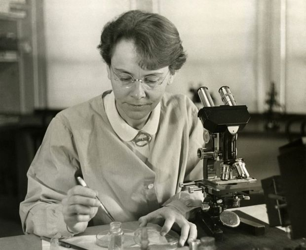 1100px-barbara_mcclintock_1902-1992_shown_in_her_laboratory_in_1947