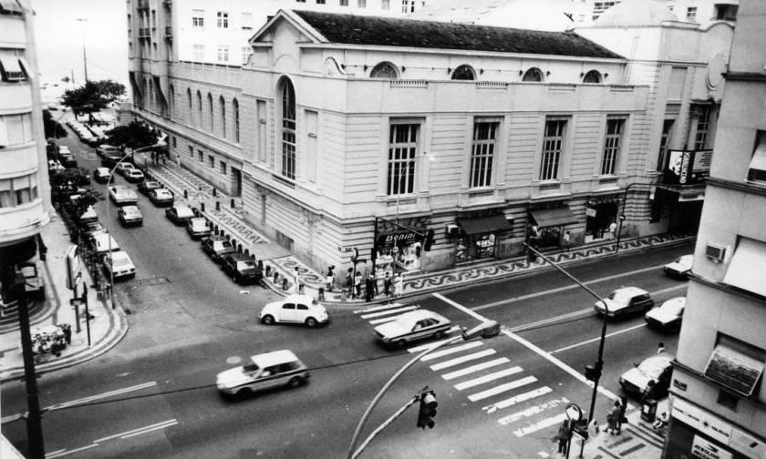 The façade of the Copacabana Theater, on Avenida Nossa Senhora de Copacabana, in 1989 Photo: Bia Marques / Agência O Globo
