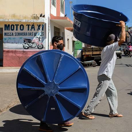 Além de comida, moradores planejam comprar TV, geladeira e bicicleta. Foto: Edilson Dantas / Agência O Globo