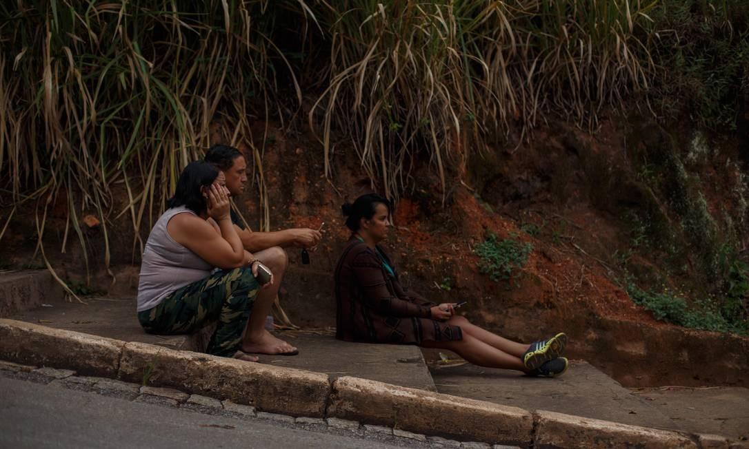 As sirenes de alerta tocaram às 5h30min deste domingo, em Brumadinho. Grupo aguarda notícias de familiares Daniel Marenco / Agência O Globo