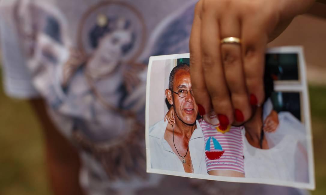 Gisele Santana está com o pai desaparecido. Ela consegue enviar mensagens para o celular dele, mas não obtém reposta. Daniel Marenco / Agência O Globo