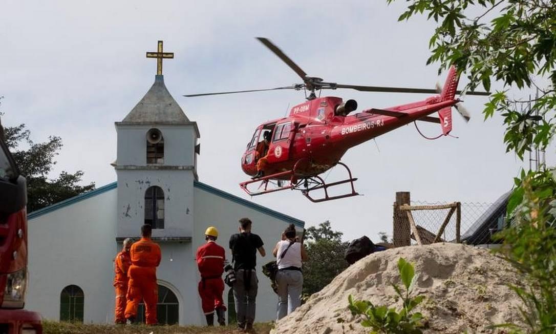 Na manhã deste domingo, com a melhora das condições do tempo, as buscas foram feitas apenas por helicópteros Márcia Foletto - Agência O Globo