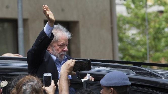 Bastante emocionado com perda de neto, Lula deixa velório de Arthur e volta para PF, em Curitiba, onde cumpre pena na Lava-Jato Foto: Edilson Dantas / Agência O Globo