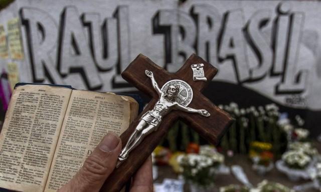 As vítimas do ataque a tiros na escola Raul Brasil em Suzano tiveram um velório coletivo na Arena Suzano. Um padre e dois pastores se revezaram em um culto ecumênico no ginásio. A cerimônia foi marcada pela incredulidade e a tristeza até de quem não conhecia os estudantes e funcionários do colégio que morreram Foto: MIGUEL SCHINCARIOL / AFP