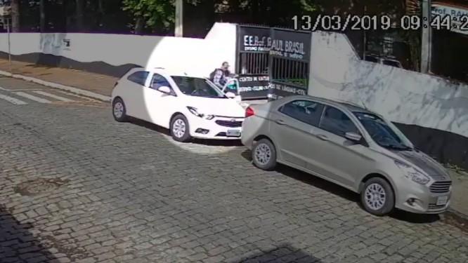 Câmera de segurança gravou a chegada dos atiradores na escola Professor Raul Brasil, em Suzano Foto: Reprodução