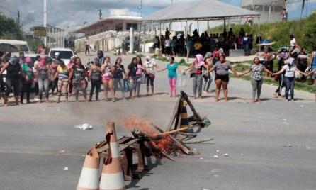 Familiares de presos protestam na entrda de presídio em Manaus. Briga de facções deixou 55 mortos em quatro unidades prisionais Foto: Reuters