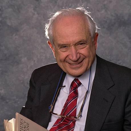 O químico Raphael Mechoulam, em 2000 Foto: Dan Porges / Getty Images