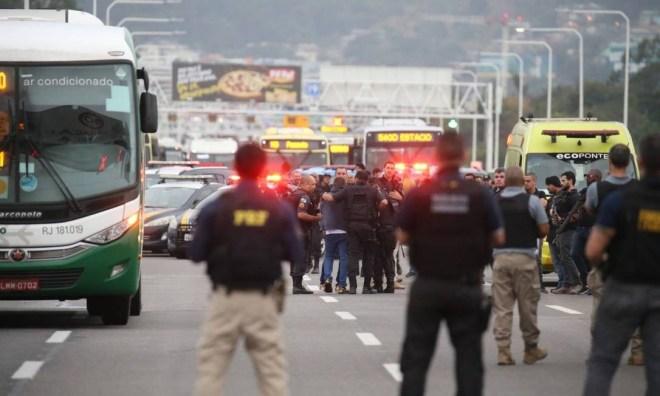 Momento em que um dos reféns que estava no ônibus é liberado Foto: Fabiano Rocha / Fabiano Rocha