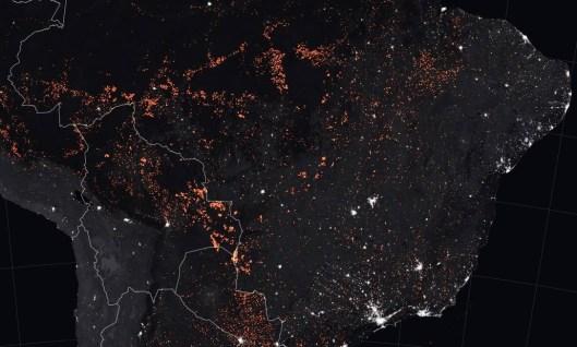 Mapa do Observatório da Terra, NASA, mostra focos de incêndios, laranja, na área da Floresta Amazônica no Brasil, Bolívia, Peru, Paraguai, Equador e no Uruguai e norte da Argentina. Imagens foram feitas entre 15 e 22 de agosto de 2019 Foto: JOSHUA STEVENS / AFP