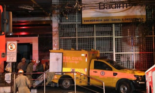 Corpos são retirados do interior do hospital após incêndio Foto: Fabio Motta