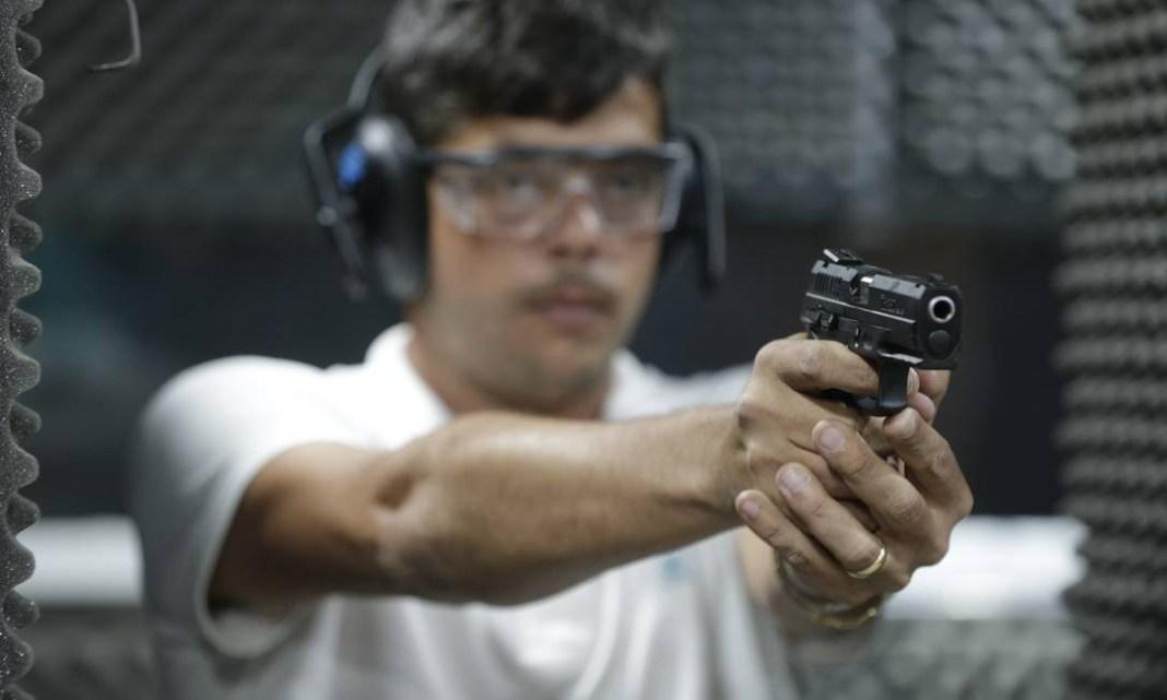 Dados da PF mostram que, de janeiro a agosto deste ano, 36.009 novas armas de fogo já foram registradas no país Foto: Domingos Peixoto / Agência O Globo