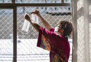 A professora Mariana Pinto está confeccionando máscaras de proteção contra o novo coronavírus em sua casa.  Ela usa fronhas de algodão e, seguindo dicas de tutoriais na internet, faz a máscara e depois higieniza e coloca tudo para secar ao sol.  Foto: Ana Branco / Agência O Globo
