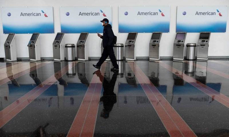 Guichês de autoatendimento da American Airlines nos EUA. A empresa anunciou corte de 19 mil postos de trabalho Foto: ANDREW CABALLERO-REYNOLDS / AFP