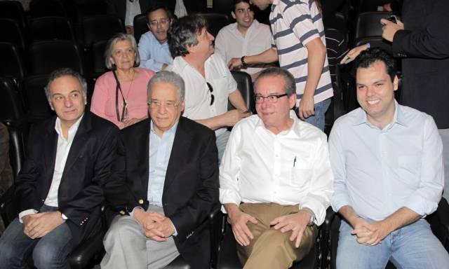 Ao lado de Fernando Henrique Cardoso e José Anibal, Bruno Covas assiste a palestra realizada pelo PSDB no teatro FAAP Foto: Eliária Andrade / Agência O Globo - 22/10/2011