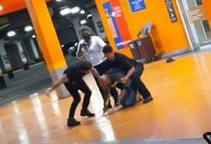 Beto Freitas, negro de 40 anos, é espancado até a morte por seguranças do Carrefour em Porto Alegre Foto: Reprodução