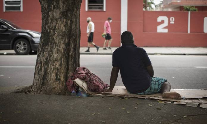 Julius, who preferred not to show his face, was a lantern man and lost his job in the pandemic. Having problems with his family, he recently went to live on the street, sleeping in Praça Jardim do Méier, North Zone of Rio Photo: Márcia Foletto / Agência O Globo