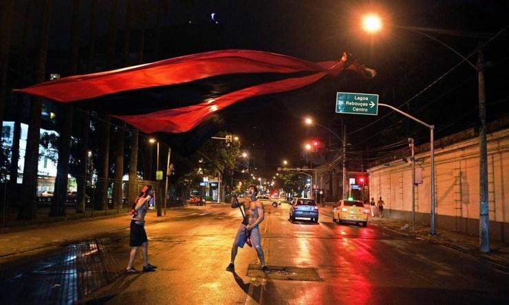 Torcedor do Flamengo vai às ruas com bandeira do clube na Zona Sul do Rio Foto: CARL DE SOUZA / AFP
