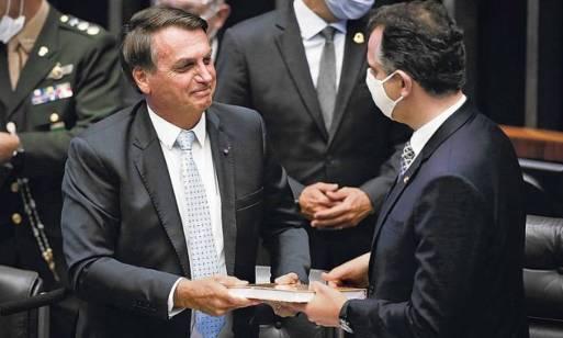 Pressionado por Lula e pandemia, Bolsonaro recorre a militares, policiais e  ao Congresso - Jornal O Globo