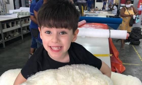Relatório do Instituto Médico Legal (IML) encontrou muitas lesões espalhadas pelo corpo do menino, infiltrações hemorrágicas nas partes frontal, lateral e posterior da cabeça, contusões nos rins, pulmão e fígado.  A mãe disse acreditar que ele caiu da cama e bateu com a cabeça. Foto: Reprodução / Instagram