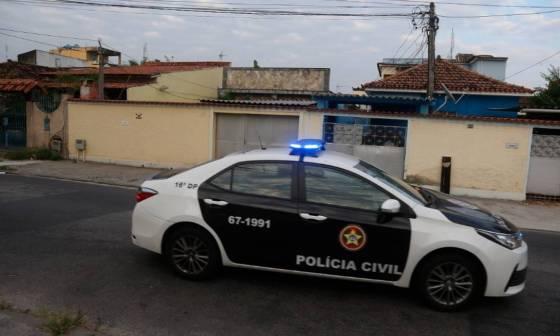 Polícia cumpre ordem na casa da família de Monique, em Bangu, Zona Oeste do Rio Foto: Fabiano Rocha em 26/03/2021 / Agência O Globo