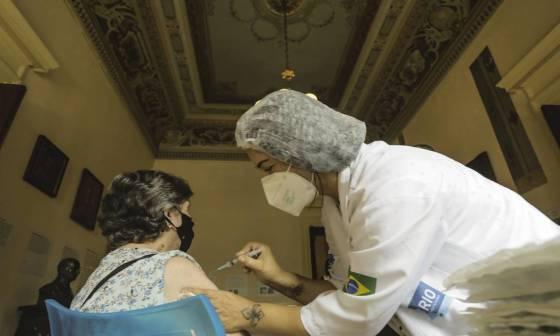Idosa recebe vacina contra Covid-19, no Museu da República, no Palácio do Catete, Zona Sul do Rio. Foto: Gabriel de Paiva / Agência O Globo