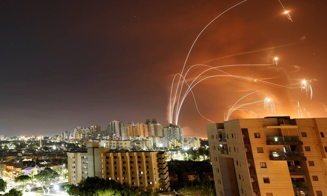 Raios de luz são vistos quando o sistema anti-míssil Iron Dome de Israel intercepta foguetes lançados da Faixa de Gaza em direção a Israel, vistos de Ashkelon, Israel em 12 de maio de 2021. REUTERS / Amir Cohen Foto: AMIR COHEN / REUTERS