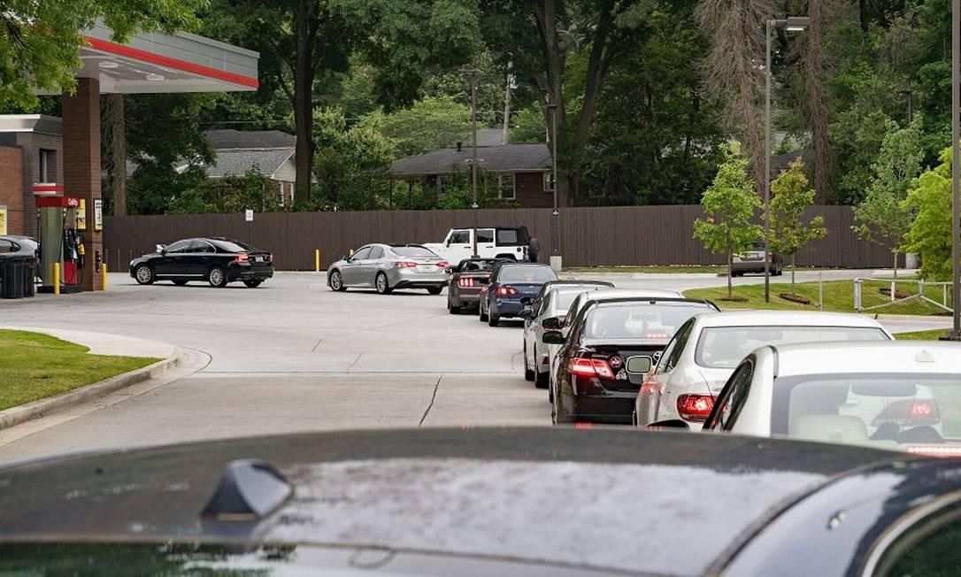 Fila de carros para abastecer em posto em Atlanta Foto: Megan Varner / AFP