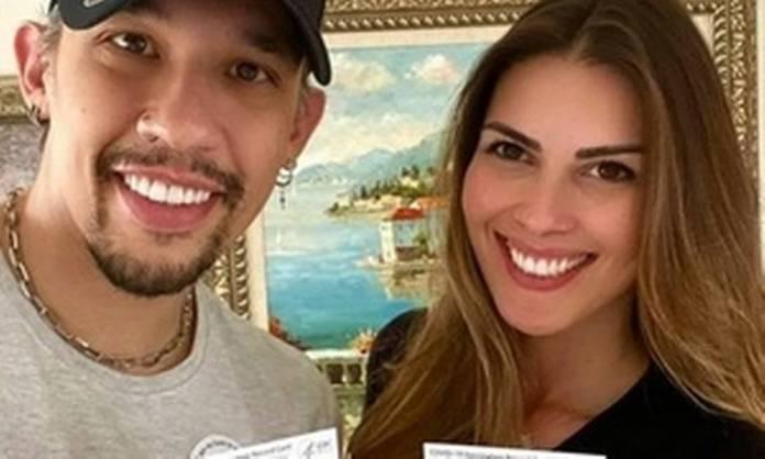 Kiko, do grupo KLB também foi imunizado em Orlando, na Flórida, e posou ao lado da esposa com a carteirinha de vacinação. Ele tem 42 anos. Foto: Reprodução do Instagram