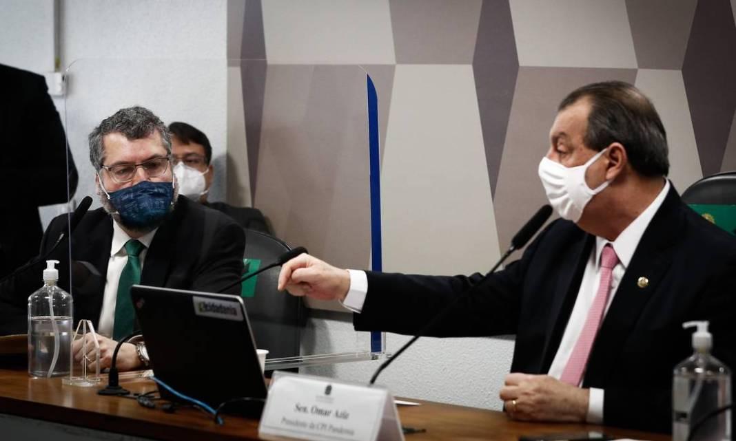 Presidente da CPI, Omar Aziz, alertou Ernesto sobre dizer a verdade e lembrou declarações anti-chinesas: