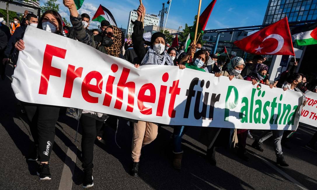 """Manifestantes exibem uma faixa com os dizeres: """"Liberdade para a Palestina"""" durante protesto, em Berlim, Alemanha Foto: JOHN MACDOUGALL / AFP - 19/05/2021"""