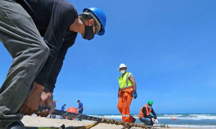 Ancoragem do cabo de fibra óptica na Praia do Futuro, em Fortaleza Foto: Divulgação
